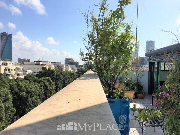 בשדרות רוטשילד דירת גג בבניין באוהאוס 5