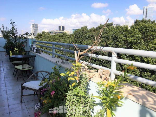 בשדרות רוטשילד דירת גג בבניין באוהאוס 9