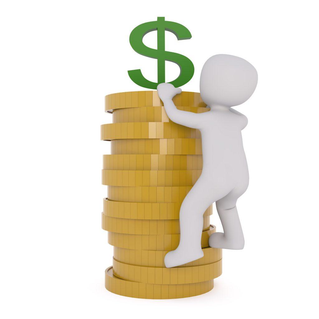 איש עם מטבעות של כסף