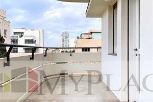 בלב העיר בבניין באוהאוס משוחזר דירה מדהימה עם מרפסת מעלית חניה
