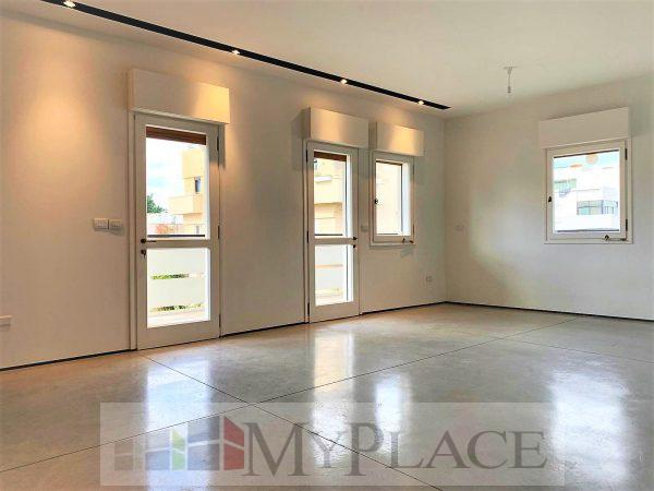 בלב העיר בבניין באוהאוס משוחזר דירה מדהימה עם מרפסת מעלית חניה 2