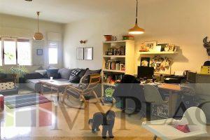 דירה בבניין באוהאוס משוחזר עם מחסן מעלית וחניה