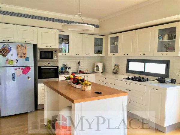 On King David Boulevard a renovated apartment with a lift and a parking lot 3