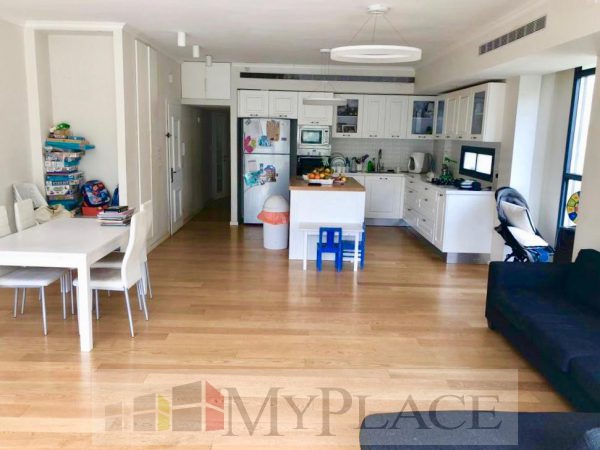 On King David Boulevard a renovated apartment with a lift and a parking lot 4