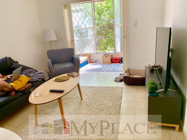 On a quiet street a 2.5-room apartment with a terrace for a green view 2