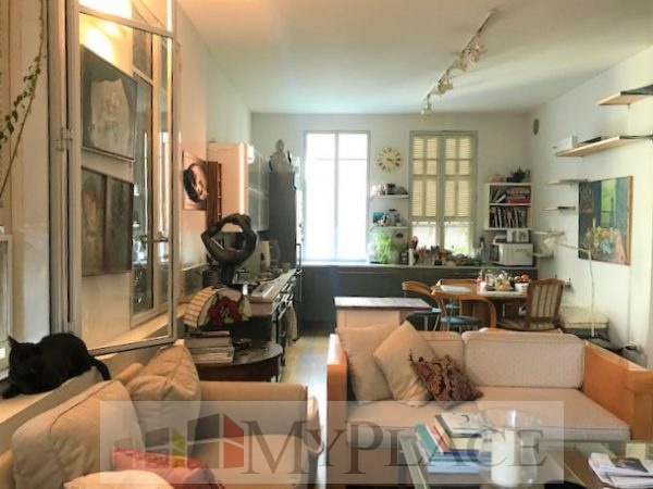 In the heart of the city in a restored eclectic building a renovated apartment 2
