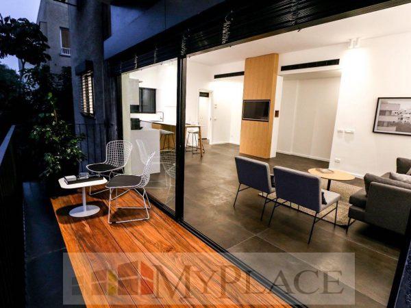 דירה משופצת במרכז העיר עם מרפסת שמש 4
